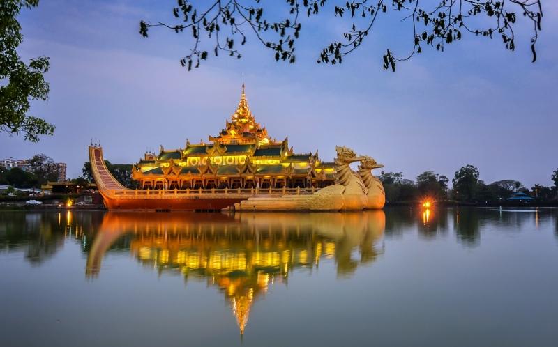 Cung điện nổi hoàng gia Karaweik trên mặt hồ thơ mộng